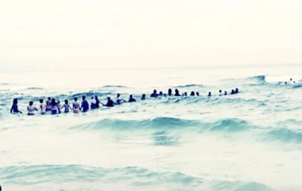 На пляже во Флориде нескольких членов одной семьи удалось спасти живой цепью из 80 человек