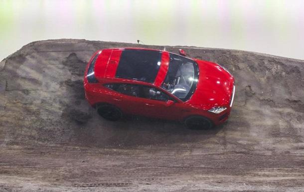 Новый Ягуар E-Pace выполнил рекордную «бочку» ипопал вКнигу Гиннесса