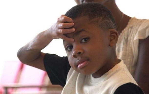 Мальчик с пересаженными руками научился есть и одеваться