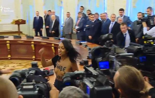 С феминисткой, оголившейся перед Лукашенко, работает полиция