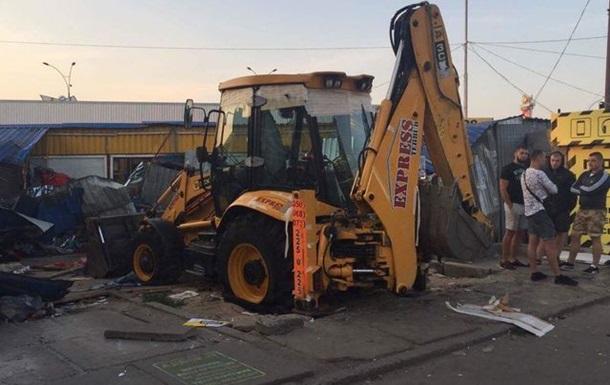 В Киеве ночью бульдозерами снесли рынок