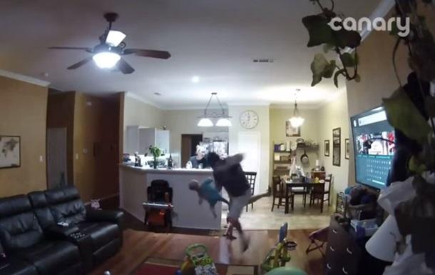 Курьезное спасение ребенка отцом сняли на видео