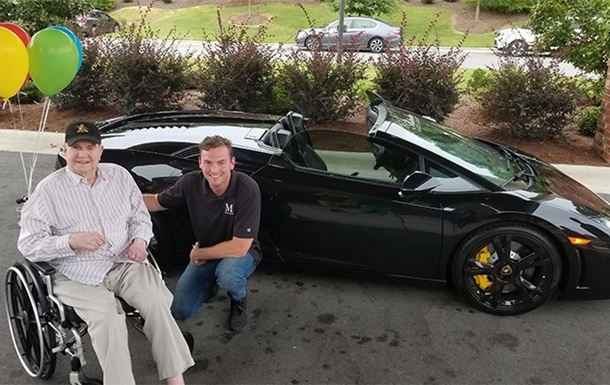 Дедушку прокатили на суперкаре Lamborghini Gallardo