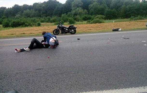 Унаслідок ДТП натрасі Київ-Чоп вантажівка переїхала 29-річного мотоцикліста