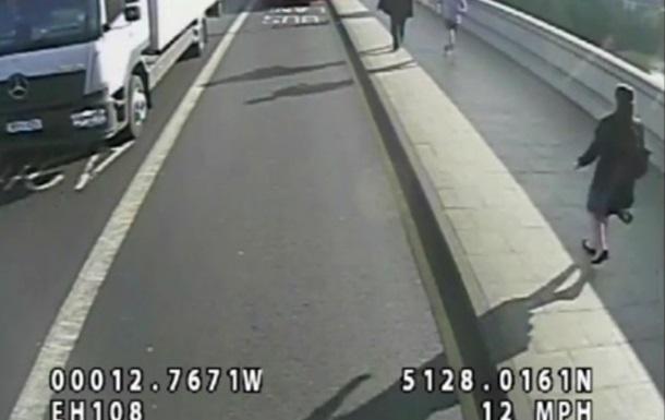 Бегун толкнул идущую навстречу женщину под колеса