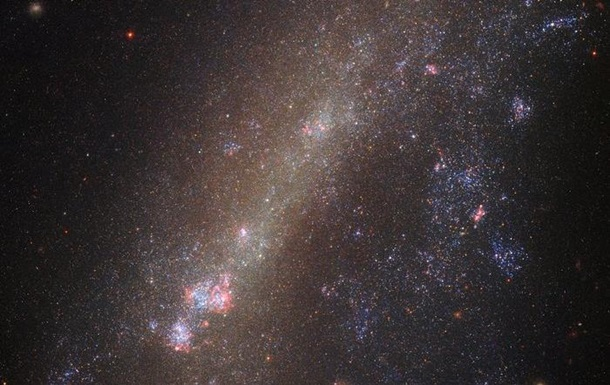 NASA показало на фото пошматовану галактику