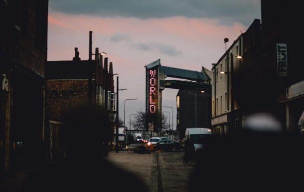 Инсталляцию британца испортили требования интимных фото