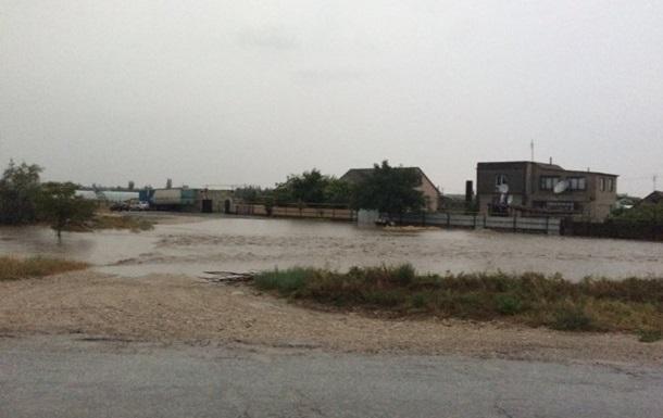 Селевой поток вКрыму снес десятки авто насвоем пути
