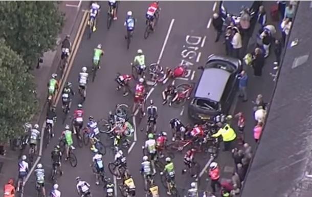 Авто спровоцировало массовый завал на велогонке