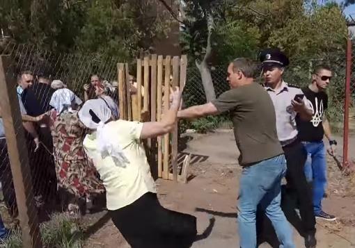 Разрушение храма УПЦ МП в Николаеве: националисты, бабушки и трусливая полиция