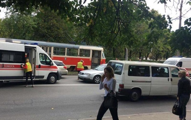 В Киеве на Куреневке под трамвай попала женщина