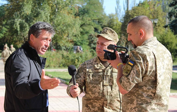 Бывший генсек НАТО Расмуссен посетил зону АТО