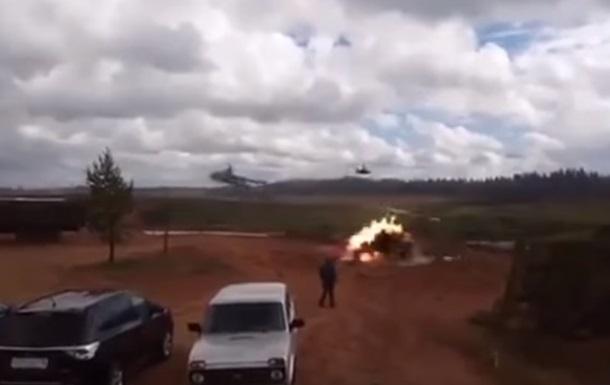 В РФ на учениях вертолет пустил ракеты по зрителям
