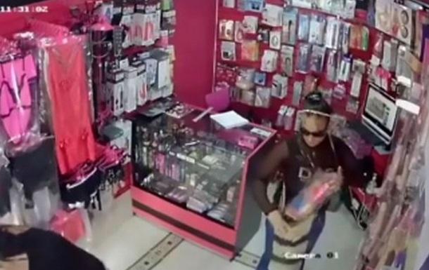 Кража огромного фаллоимитатора попало на видео