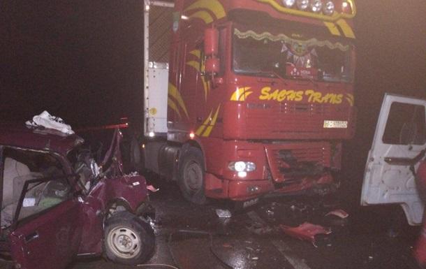 У Хмельницькій області вантажівка розчавила двох людей у легковику