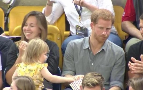 2-летняя малышка стащила попкорн узазевавшегося принца Гарри
