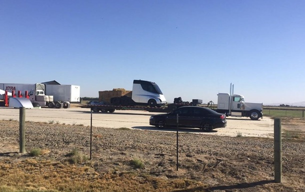 Электрический фургон Tesla запечатлели нафото