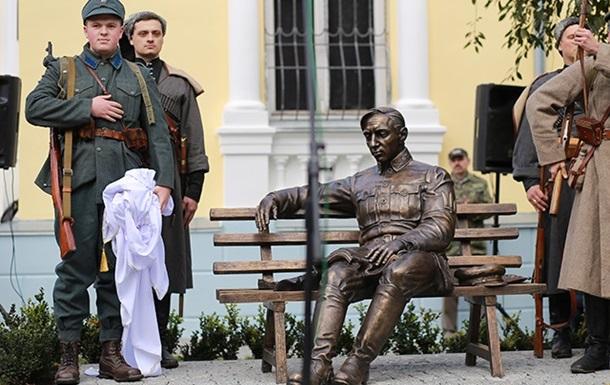 ВВиннице открыли бронзовый монумент Петлюре вполный рост