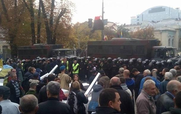 Митингующие пробуют пронести дополнительные палатки под Раду