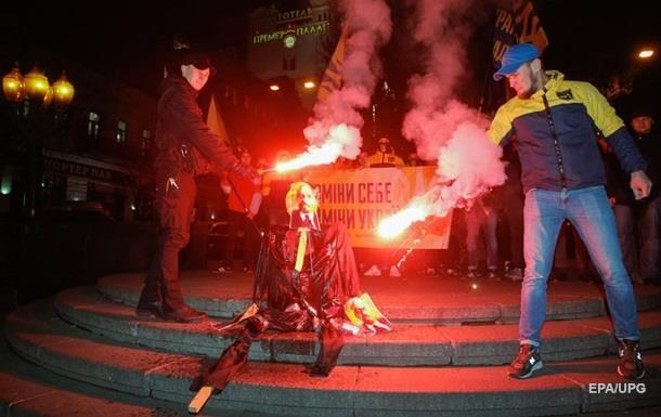 У центрі Києва спалили опудало Леніна