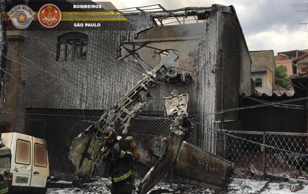 В Бразилии самолет упал на дома: есть жертвы