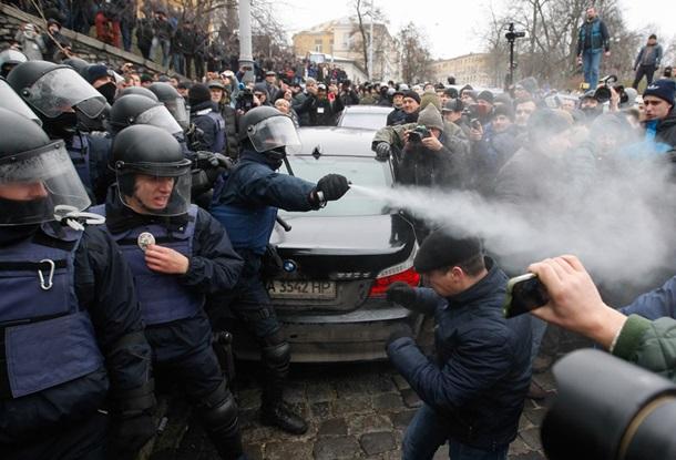 Столкновения правоохранителей с митингующими / EPA