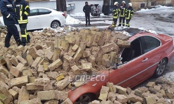 ВГолосеевском районе столицы Украины между домами обвалилась стена