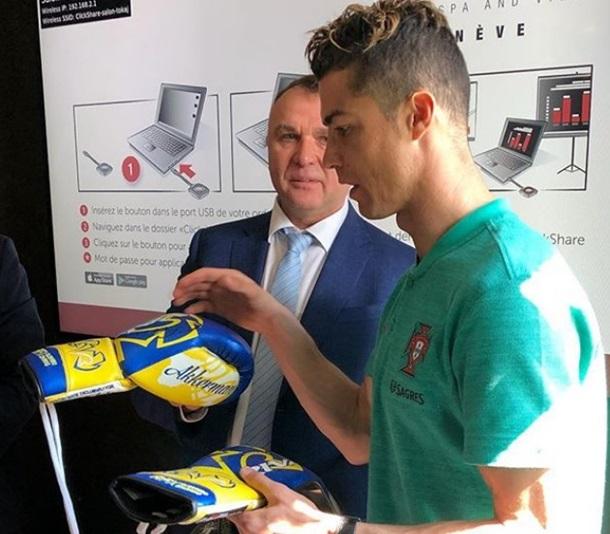 Фото дня: Роналду приймає подарунок від Ломаченка— синьо-жовті рукавички