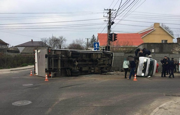 ВОдессе фургон столкнулся смаршруткой