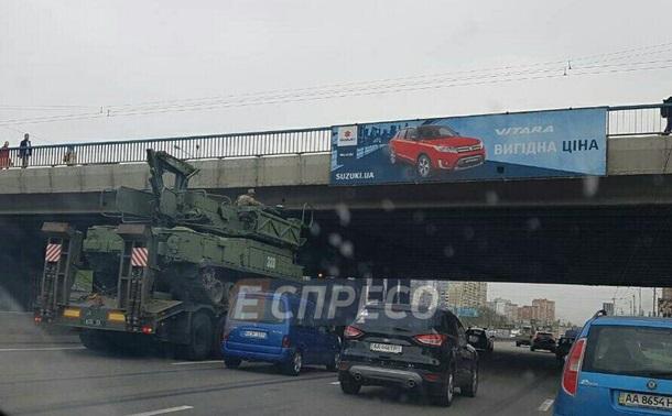 В Киеве тягач с бронетехникой застрял под мостом