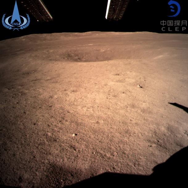 Луну впервые сфотографировали с обратной стороны