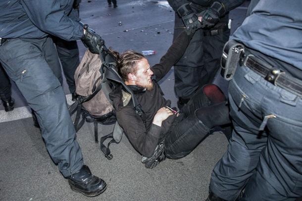 На первомайских акциях в Берлине пострадали десятки полицейских