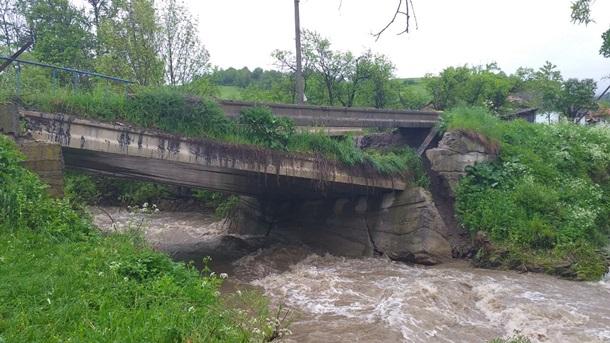 На Закарпатье паводковая волна обрушила мост