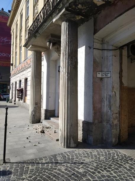 Во Львове рядом с женщиной упала рука бетонного атланта