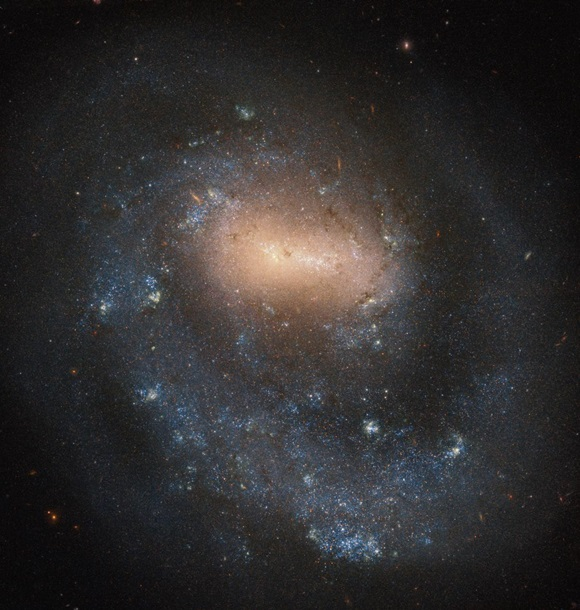 """Телескоп Hubble снял """"однорукую"""" галактику"""
