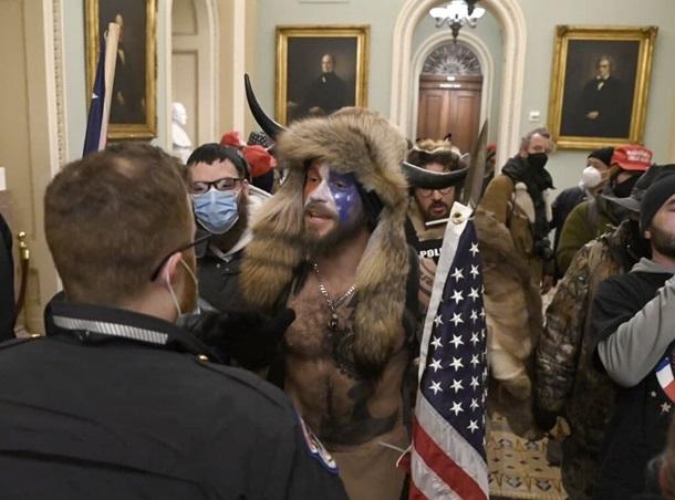 Беспорядки в Вашингтоне. Штурм капитолия и первая жертва (ФОТО, ВИДЕО) 1