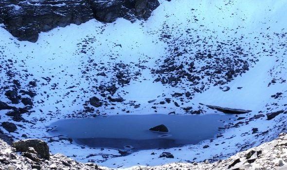 Ученые разгадали тайну озера скелетов в Гималаях