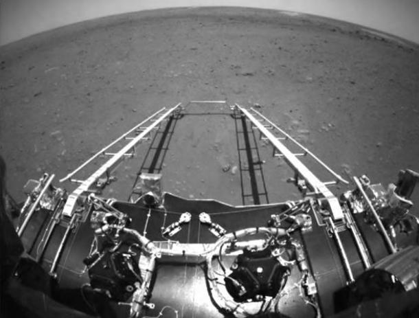 Китайский зонд сделал фото на поверхности Марса 1
