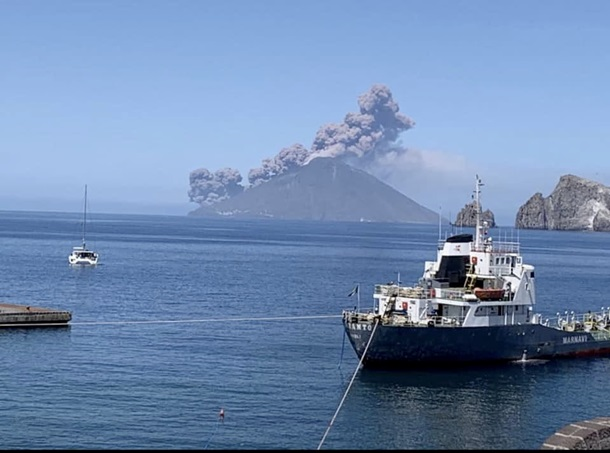 В Италии началось извержение сразу двух вулканов 1