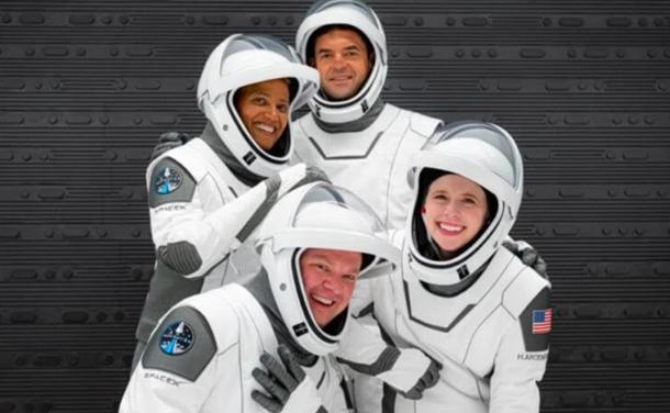SpaceX запустила в космос корабль с первыми туристами