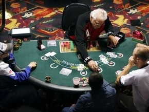 студенты играют в казино