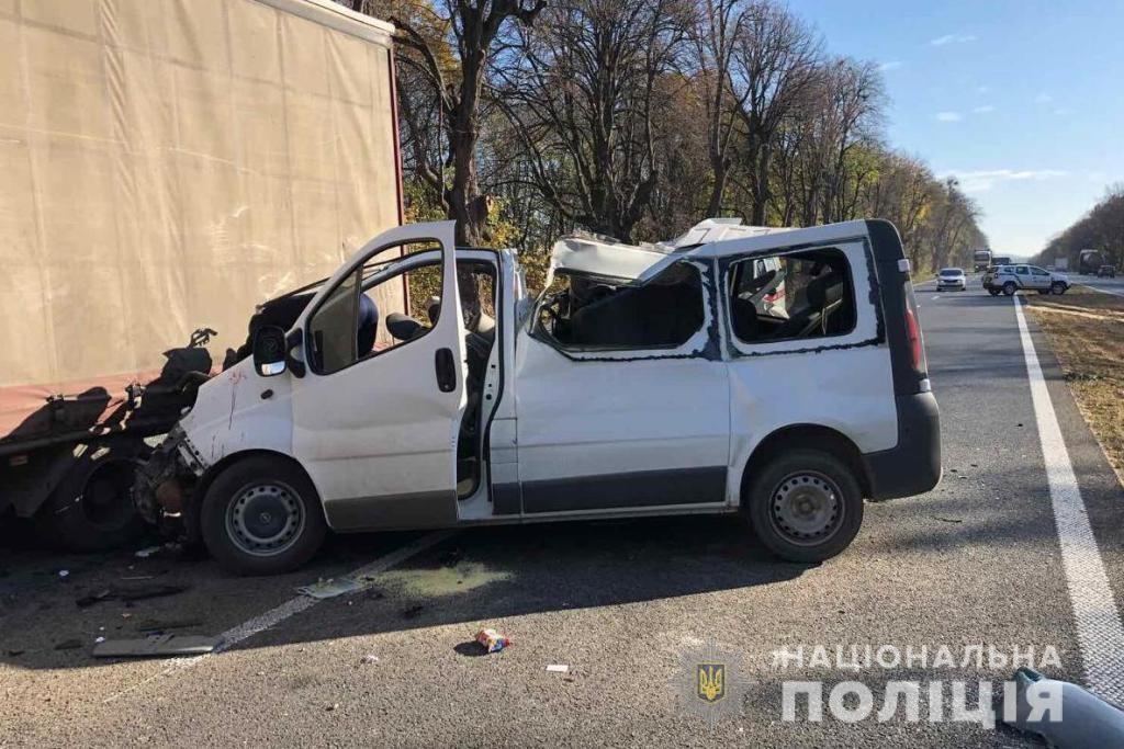 В Винницкой области микроавтобус врезался в грузовик, есть жертвы