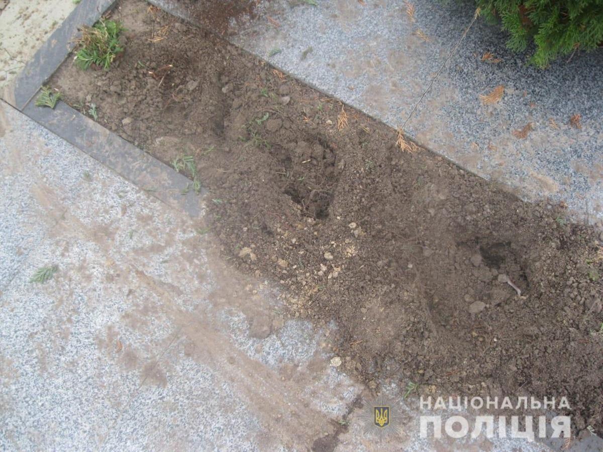 Под Киевом вандалы осквернили могилу Героя Украины