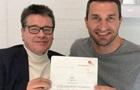 Володимир Кличко показав свій перший професійний контракт