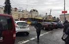 У Києві припарковане авто паралізувало рух тролейбусів