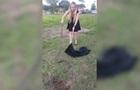 Украинка в мини-платье поймала 2,5-метровую змею