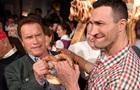 Шварценеггер и Кличко устроили борьбу на вечеринке