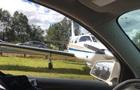 В США самолет экстренно сел на трассу