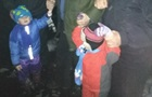 В Броварах отец гулял по кромке крыши с двумя детьми