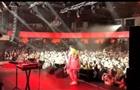 MONATIK показал, как упал со сцены на концерте